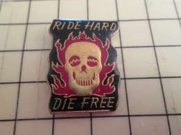 413f Pin's Pins / Rare Et Beau THEME MOTOS / PIN'S DE BIKER FLAMMES TETE DE MORT RIDE HARD DIE FREE - Motorbikes