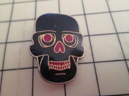 413f Pin's Pins / Rare Et Beau THEME MOTOS / PIN'S DE BIKER TETE DE MORT AVEC DES LUNETTES - Motos