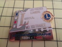 413G Pin's Pins / Rare Et Beau THEME CINEMA / Très Grand Pin's  CINEMATOGRAPHE 1895 1995 100 ANS LION'S CLUB FRERES LUMI - Films