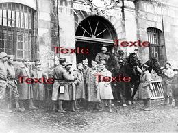 1 PHOTO(RETIRAGE) MARS 1917 LUNEVILLE 54 MEURTHE ET MOSELLE SOLDATS FRANCAIS ITALIENS ET AMERICAINS A L'ECURIE.. - Reproductions