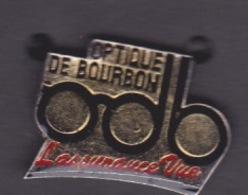 2 PIN'S - ILE DE LA REUNION - SOCIÉTÉ - OPTIQUE DE BOURBON L ASSURANCE VUE - ENSEIGNE OPTICIEN - LUNETTE - Merken