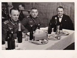 Foto Deutsche Soldaten Bei Bankett - 2. WK - 8*5,5cm (35081) - Krieg, Militär