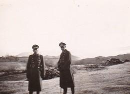 Foto 2 Deutsche Soldaten Mit Schirmkappen Und Langen Mänteln - 2. WK - 7*5cm (35101) - Krieg, Militär