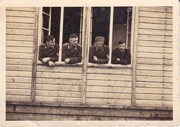 Foto Deutsche Soldaten Am Fenster Eines Holzhauses - 2. WK - 8*5,5cm (35115) - Krieg, Militär