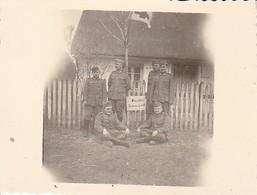 Foto Deutsche Soldaten An Krankensammelpunkt - Sanitäter - 2. WK - 5,5*5,5cm (35117) - Krieg, Militär
