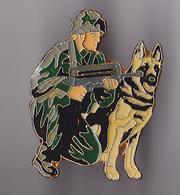 PIN'S THEME MILITARIA  BRIGADE CYNOPHILE  LE MAITRE ET SON CHIEN - Militaria