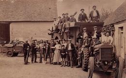 Carte-Photo Non Située D'un Tracteur Dans Une Coure De Ferme Dans Le Département De La Sarthe - Agriculture, Agriculteur - Unclassified