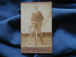 Photo CDV Portrait Visite - Jeune Homme Posant Avec Son Vélo Circa 1895-1900  L386 - Photos