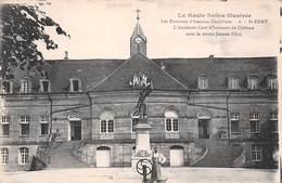 St Saint Remy (70) - L'Ancienne Cour D'honneur Du Château Avec La Statue Jeanne D'Arc - France