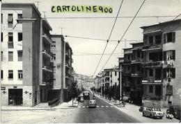 Sardegna-cagliari Via Pessina Veduta Panoramica Via Animata Negozi Vespa Fiat 1100 Filobus Furgone Ape - Cagliari
