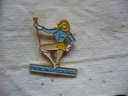 Pin's Twirling, Majorettes De La Ville D'UCKANGE - Badges