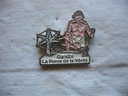 Pin's Du Célebre Homme Politique GANDHI, La Force De La Vérité - Celebrities