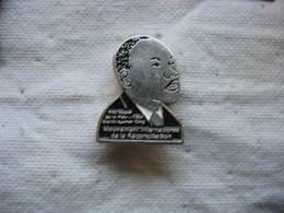 Pin's Du Célebre Militant Des Droits De L'homme Martin Luther King, Prix Nobel De La Paix 1964. - Celebrities