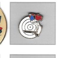 Pin's  Sport  F.F.TIR, FEDERATION  FRANÇAISE  DE  TIR  Avec  Un  Animal  COQ  Tricolore  Et  PISTOLET - Badges