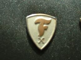 PIN'S PNEU FIRESTONE - 10 ANS - Badges