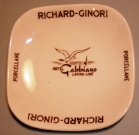 005 POSACENERE PORCELLANA RICHARD GINORI HOTEL GABBIANO LATINA LIDO Posacenere Quadrato (cm 10 X 10) Con Angoli Arrotond - Porcellana