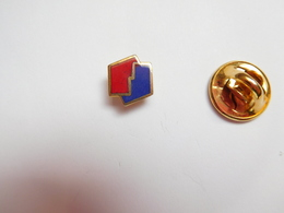 Beau Mini Pin's En EGF , Logo Carburant Essence ELF - Brandstoffen
