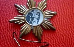 WW1 MÉDAILLON BROCHE MILITAIRE AVEC SA FIANCÉE,SON ÉPOUSE OU COQUINE Métal Doré Avec Attache-Militaria  Médaille-insigne - Insignes & Rubans