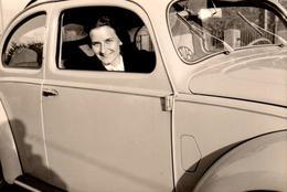 Photo Originale Volkswagen Coccinelle, Beetle, Käfer Et Sa Passagère Par La Fenêtre Avec Son Autocollant ADAC - Automobiles