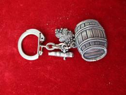 Porte-clés Publicitaire/Boisson/Tonneau - Robinet- Grappe De Raisin//Aluminium Brossé/Vers 1960    POC296 - Porte-clefs