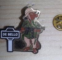 Pin's  DE BELLO   Association Pour Les Passionnés D Histoire Militaire  CASTOR   EN MILITAIRE  MITRAILLETTE     P49 - Army