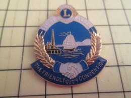 413H Pin's Pins : BEAU ET RARE :  THEME ASSOCIATIONS / LION'S CLUB POIGNEE DE MAIN PORT IMRIE THE FRIENDLY CITY CONVENTI - Associations