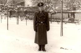 Photo Originale Guerre 1939-45 - Officier Allemand Sur La Neige Avec Un Casquette Au Logo à Identifier - Guerre, Militaire