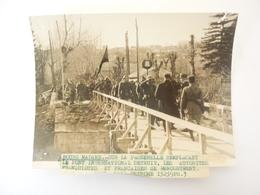 66 Photo BOURG MADAME SUR LA PASSERELLE REMPLACANT LE PONT DETRUIT - Autres Communes
