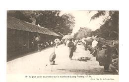CPA Indochine La Grue Sacrée Se Promène Sur Le Marché De Luang Prabang - Cartes Postales