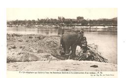 CPA Indochine Un éléphant Qui Lance à L'eau Les Bambous Déstinés à La Construction D'un Radeau - Cartes Postales