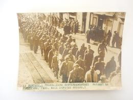 66 Photo LE PERTHUS PRISONNIERS GOUVERNEMENTAUX PASSANT LA FRONTIERE - Autres Communes
