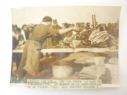 66 PHOTO ARGELES UNE VUE PRISE AU CAMP DE CONCENTRATION AU MOMENT DE LA DISTRIBUTION DE LA VIANDE - France