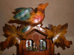 Pendule Coucou En Bois 6 Feuilles 1 Oiseau 4 Couples De Danseurs - - Clocks