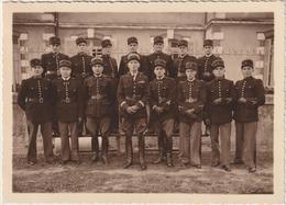 PHOTO D'un Groupe De Gendarmes. Capitaine De Gendarmerie Au Centre. Pochette Photographe C. Ralle à Luçon. - Guerre, Militaire