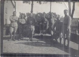 MILITAIRES DEVANT CANON  PHOTO SEPIA - Guerre, Militaire