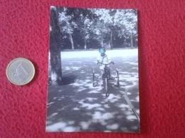 ANTIGUA FOTOGRAFÍA FOTO OLD PHOTO NIÑO CON ANTIGUA BICICLETA CARRO TRICICLO O SIMILAR, EN PARQUE ? BOY TRICYCLE BICYCLE - Personas Anónimos