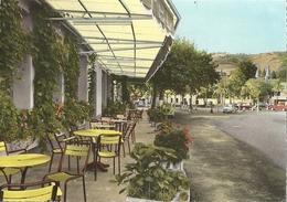 CPSM St-Geniez-d'Olt Terrasse De L'Hôtel De France Et La Place Neuve - Frankreich