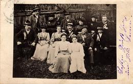 Carte Photo Originale D'une Réunion De Famille, Jeunes, Vieux, élégantes, Curé Vers 1890/1900 & Fleurs à La Boutonnière - Anonymous Persons