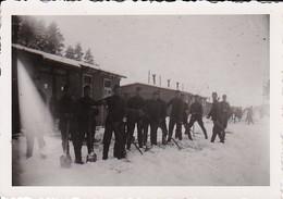 Foto Deutsche Soldaten Beim Schneeschaufeln - Kaserne - 2. WK - 8*5,5cm (35212) - Krieg, Militär