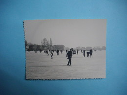 PHOTOGRAPHIE  ENGHIEN  -  95  -  Sur Le Lac Gelé  -  1963  -  8,8  X  11,8 Cms -  Val D'Oise - Enghien Les Bains