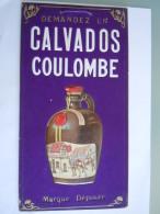 Calvados Coulombe Carton Publicitaire Gaufrée Bouteille Soldats Armure Café Form. 14.5 X 27.5 Cm - Affiches