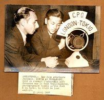 PHOTO DE PRESSE ORIGINALE 1937 .les Aviateurs Japonais Raid Tokio - Londres A La Radio - Aviación