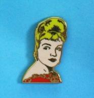 1 PIN'S  //   ** SIMONE SIGNORET  1924  1985 ** . (IPA 2000 En Hommage à) - Celebrities