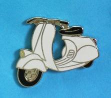 1 PIN'S  //   **  SCOOTER / VESPA 125 VN2 / 1956 ** . (Démons & Merveilles ©) - Motorbikes