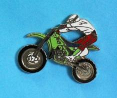 1 PIN'S  //   ** MOTO CROSS / KAWASAKI KXF 450 ** . (Démons & Merveilles) - Motorbikes