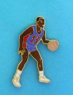 1 PIN'S  //   ** NBA / BASKETTEUR N°13 ** . (Démons & Merveilles) - Basketball