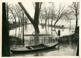 140618 - PHOTO DE PRESSE 1937 PARIS La Seine Monte Inondation Square Vert Galant - Castastrophe Naturelle Barque - Lieux