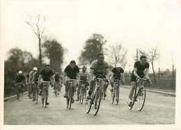 140618 - PHOTO DE PRESSE 1937 SPORT CYCLISME VELO Course Paris Evreux à PONT CHARTRAIN - Ciclismo