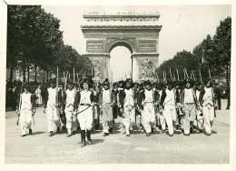 140618 - PHOTO DE PRESSE 1937 PARIS Centenaire Arc De Triomphe Défilé Des SANS CULOTTES - Plaatsen