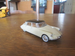 CD84 Universal Hobbies, Citroën DS 19 1956, 1-43 - Cars & 4-wheels